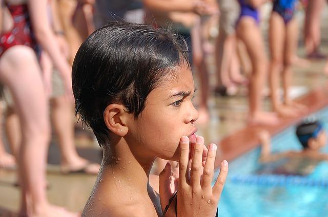 lidi u bazénu