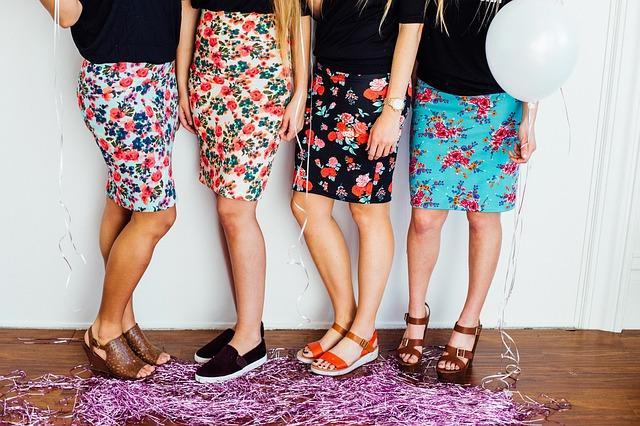 čtyři dívky v sukni.jpg