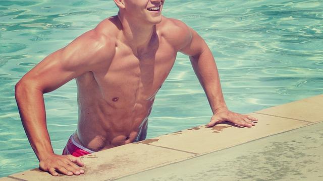 mladík v bazénu