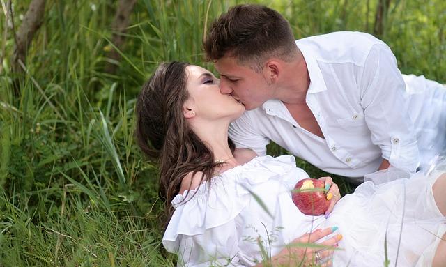 polibek v trávě