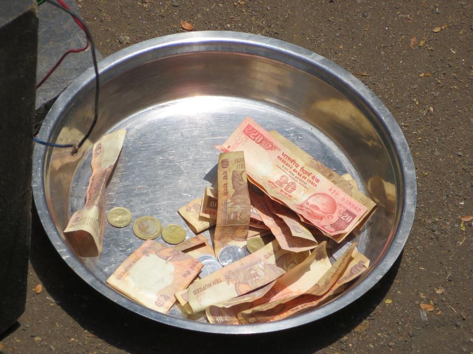 peníze v misce